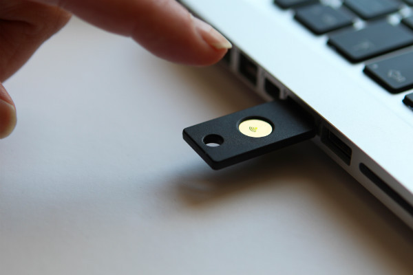 /data/www/ctec-live/application/public/media/images/blogimages/YubiKey-NEO--finger.jpg